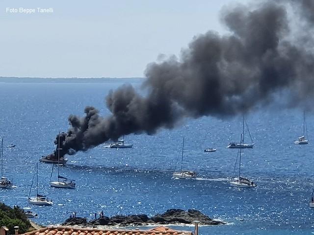 All'Elba incendio e naufragio di una barca da diporto di fronte alle coste del Parco Nazionale (FOTOGALLERY)