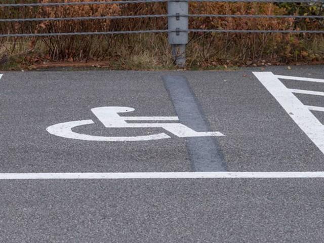 Milano, uomo parcheggia la Ferrari nel posto dei disabili