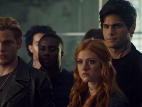Il promo del finale di Shadowhunters annuncia guerra: Clary ucciderà suo fratello Jonathan? (Video)