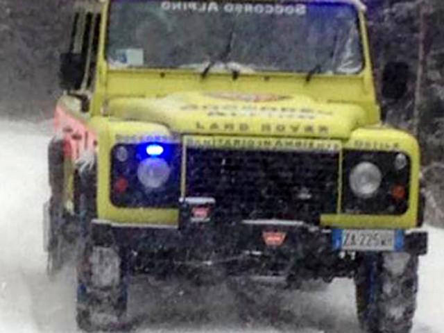 Auto si ribalta su una lastra di ghiaccio, gravemente ferito il conducente
