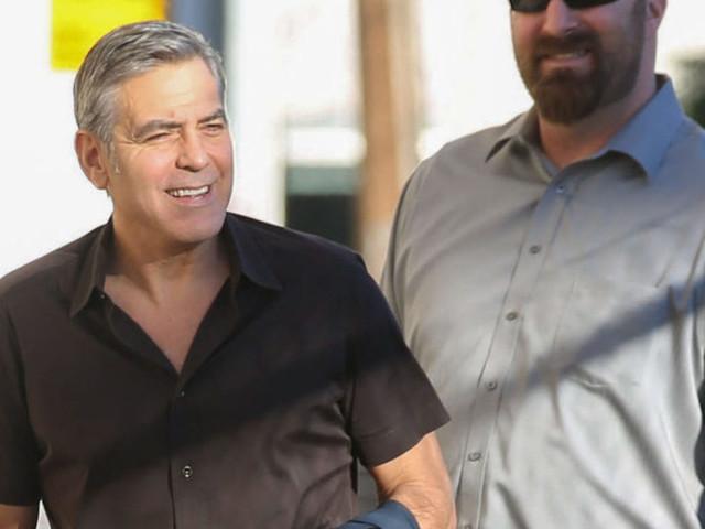 George Clooney zoppica in aeroporto dopo l'incidente