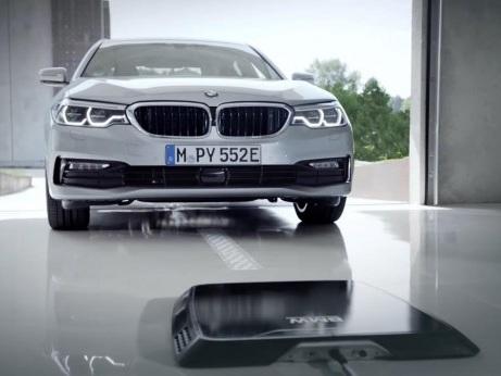 BMW 530e iPerformance e la ricarica wireless | video