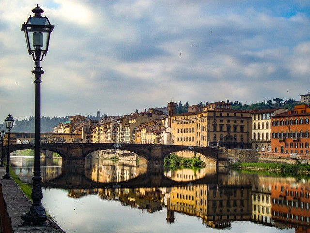 Si getta nell'Arno e poi cammina seminudo in città