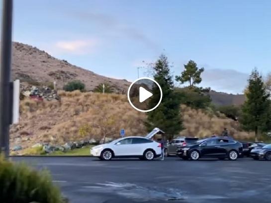 Tesla, maxi fila in California per ricaricare le batterie delle auto VIDEO