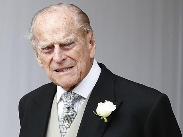 """""""Incrociamo le dita…"""". Il principe Filippo ancora in ospedale, parla il figlio. L'aggiornamento sulle sue condizioni di salute"""
