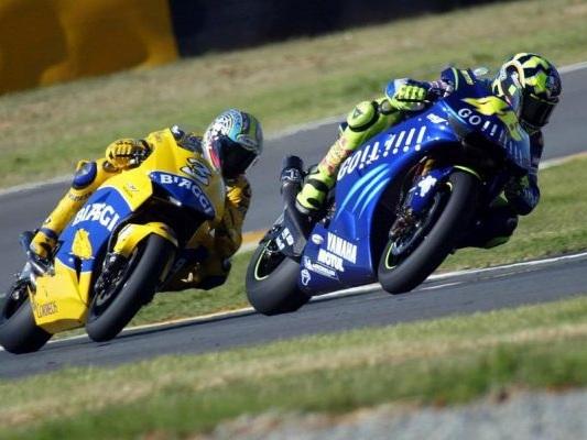 """MotoGP, le grandi rivalità: Rossi vs Biaggi, lo """"Spaghetti Duel"""" che ha infiammato l'Italia"""