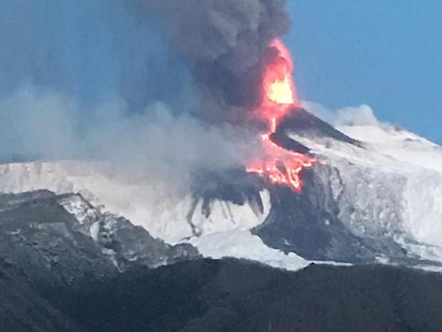 Etna in eruzione, imponente 16° parossismo in corso: flusso piroclastico e fontana di lava, pioggia di cenere su Catania, chiusa pista dell'aeroporto [FOTO]