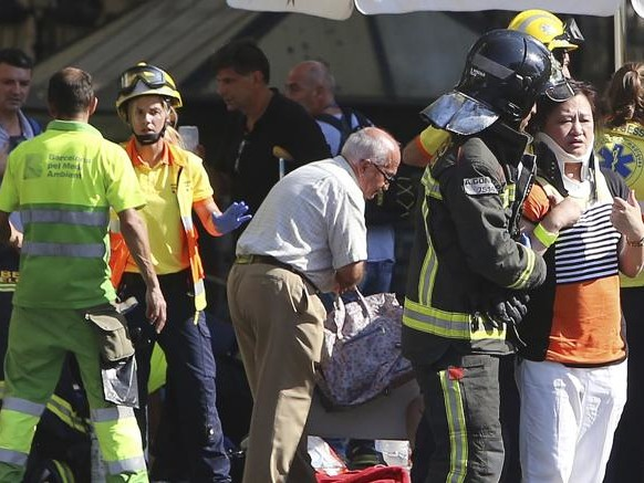 Barcellona, furgone contro folla sulla Rambla. «Tredici morti». Due uomini armati in fuga