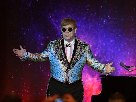 """Elton John virale per una pubblicità di Natale: ecco il significato di """"Your Song"""""""