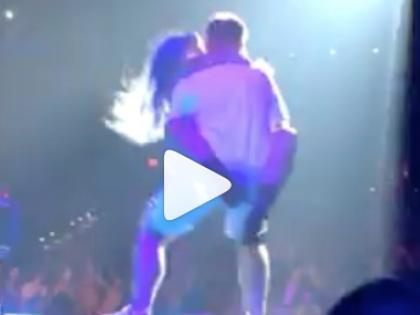 Lady Gaga a Las Vegas cade dal palco insieme a un fan