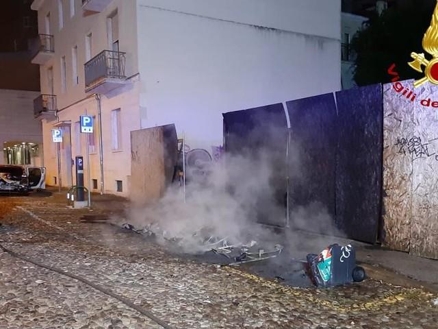 Incendio sospetto in pieno centro a Padova: a fuoco quattro cassonetti