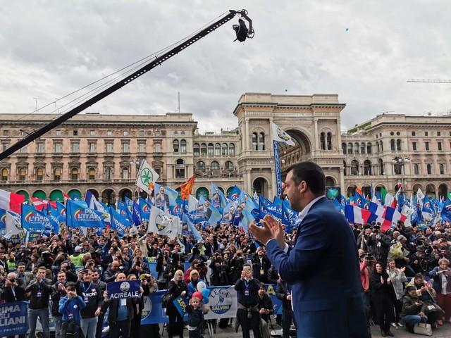 Migranti, la lite a distanza tra Salvini e papa Francesco