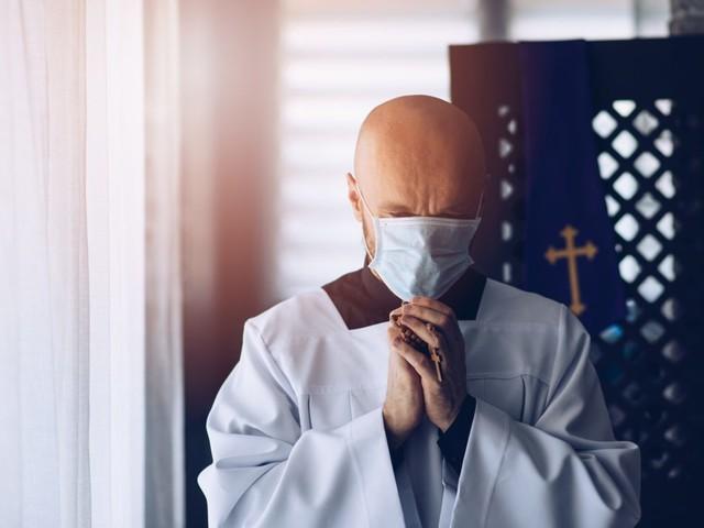 Coronavirus, in chiesa non ci si può confessare: il modulo da compilare per l'autoconfessione è esilarante, la FOTO è diventata virale