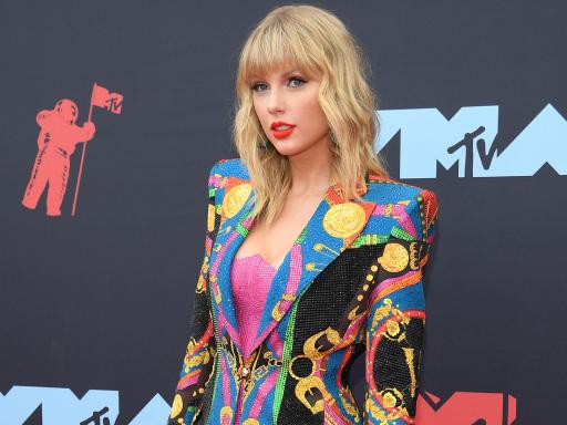 """Taylor Swift irriconoscibile nei panni di un uomo nel video di """"The Man"""""""