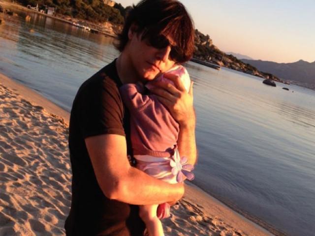 Laura Pausini al compagno e alla figlia: «Gli abbracci che non mi stancherò mai di darvi»