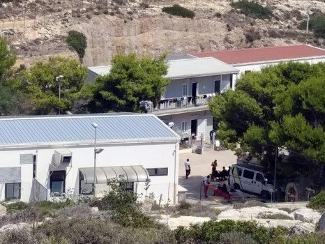 Migranti, al via i lavori per l'adeguamento dell'hotspot a Lampedusa