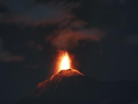 Guatemala: il vulcano del Fuego erutta