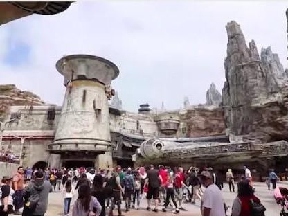 Disneyland: Star Wars Galaxy Edge ha aperto, ecco com'è! (VIDEO)