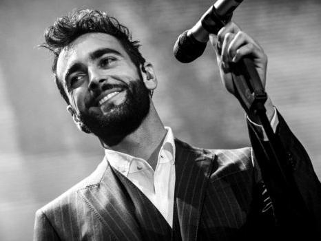 Ultimi biglietti per i concerti di Marco Mengoni in estate, prevendite polverizzate in pochi minuti tra le polemiche