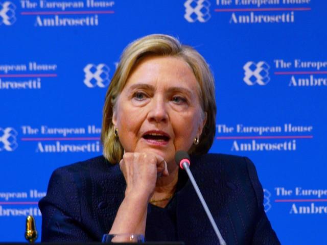 """Hillary fissata con Putin: """"Al telefono con Trump durante le rivolte?"""""""