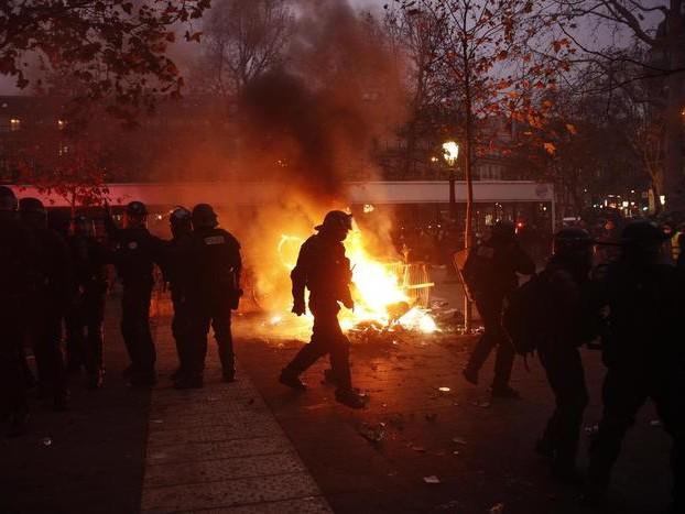 A Parigi lacrimogeni contro i black bloc