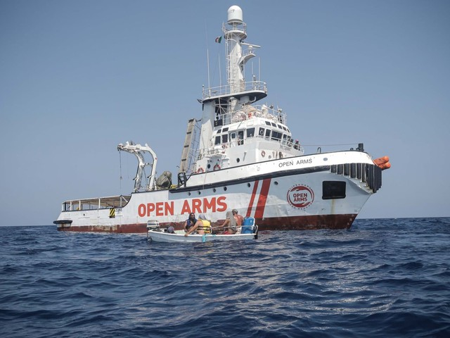 """Open Arms, l'Ong insiste: """"Fateci sbarcare a Lampedusa"""" ma apre all'ipotesi di portare i migranti in Spagna con un'altra nave"""