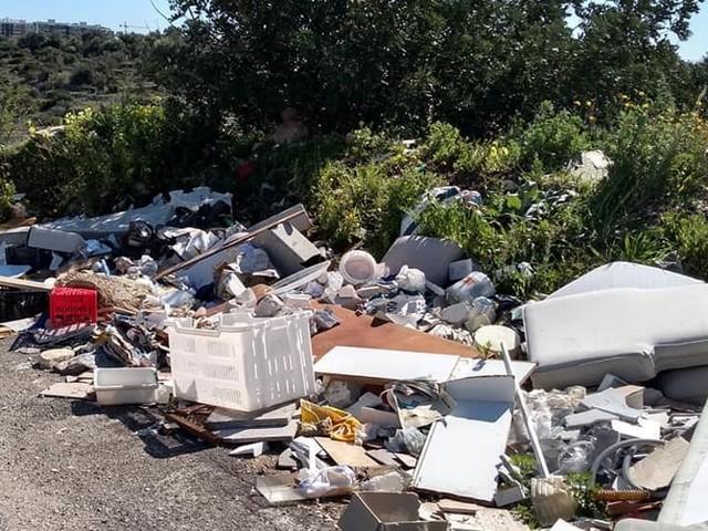 Vecchi mobili, scarti edili, materiale plastico: a Lama Balice non si ferma l'abbandono dei rifiuti
