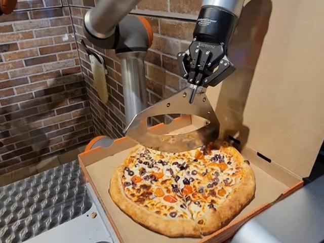 A Parigi la pizza la fanno i robot Gli italiani insorgono sui social