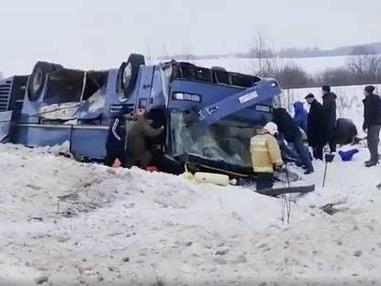 Neve assassina, bus con bambini si rovescia: strage