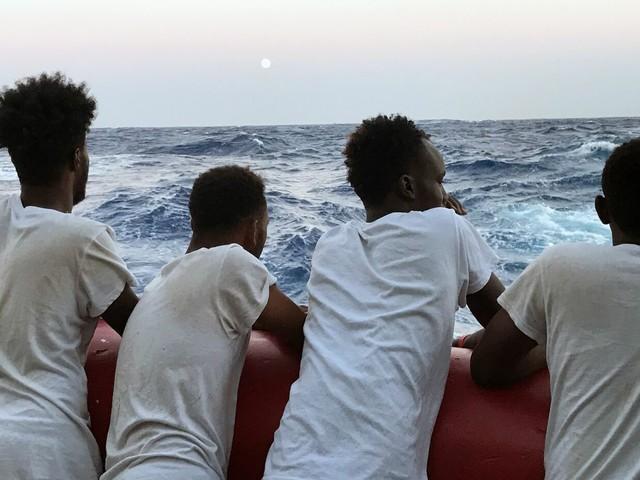 Open Arms, migrante si getta in mare: salvato dalla guardia costiera. Toninelli offre le navi italiane per portare i profughi in Spagna. La Ong: vogliamo il trasporto aereo