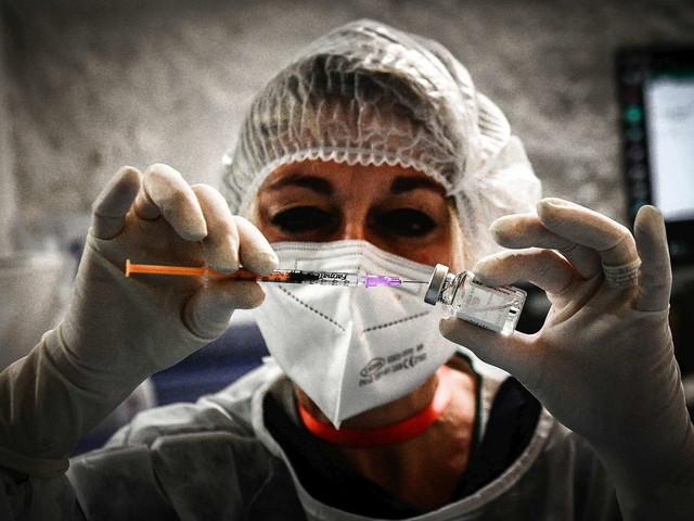 Covid, nuovo picco di casi: 893mila in 24 ore | Vaccini, un miliardo le dosi somministrate nel mondo