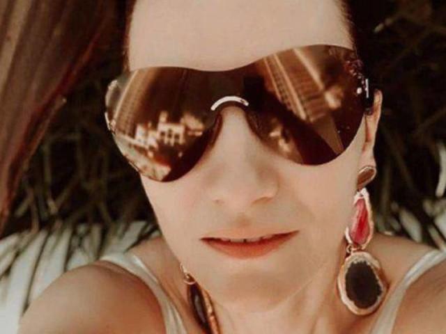 """Laura Pausini, spalle scoperte e lato b in mostra: """"Ciao ragazzi"""" – FOTO"""