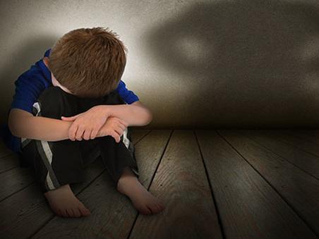 Germania, bimbo di 9 anni venduto dalla madre a pedofili: 8 arresti. Autorità sotto accusa