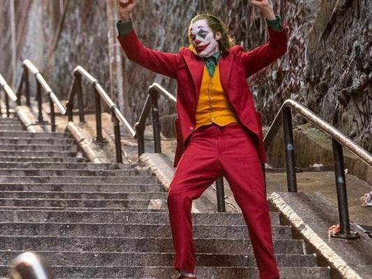 Joker, la scena di Joaquin Phoenix e il ballo sulla scalinata nel video di un fan!