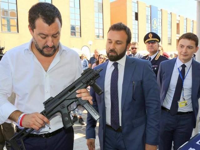 """Matteo Salvini con un mitra, polemiche per la foto pubblicata da Luca Morisi: """"Siamo armati"""""""