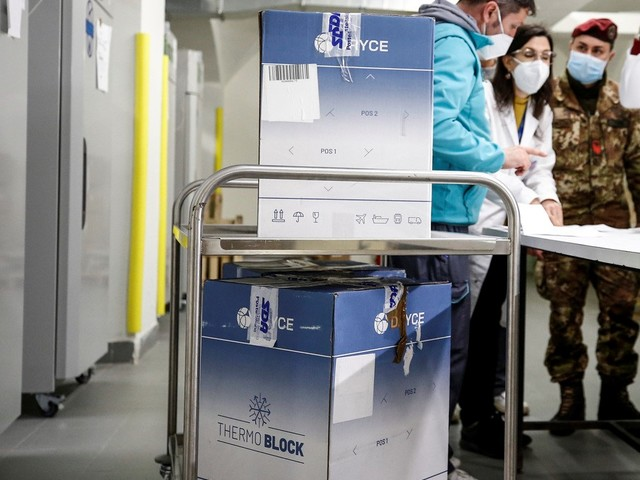 Vaccini, l'Italia blocca l'export di 250mila dosi in Australia. Ema 'valuta' Sputnik V