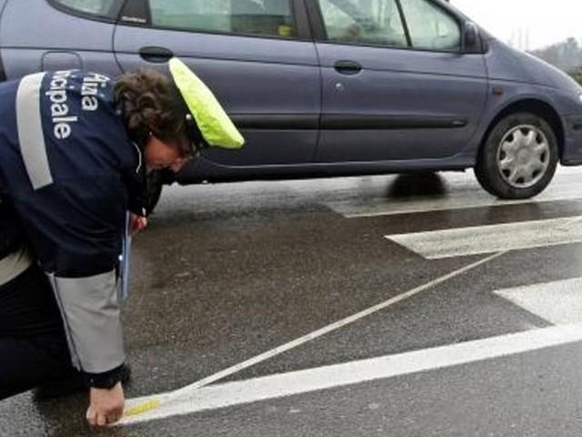 Anziano in bicicletta urtato da un'auto finisce a terra: ferito e trasportato in ospedale