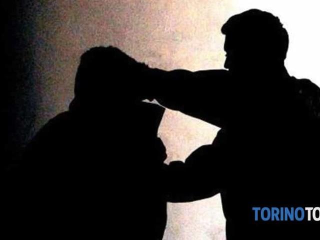 Folle col coltello aggredisce coppia di amici: bloccato