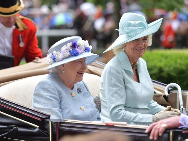 La regina Elisabetta e Camilla: sfida a chi ha il capello più vistoso al Royal Ascot