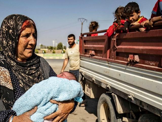"""Siria, bombe su convoglio con giornalisti: due reporter uccisi. Merkel chiama Erdogan: """"Fermati"""". Patto curdi-Damasco anti-Turchia"""