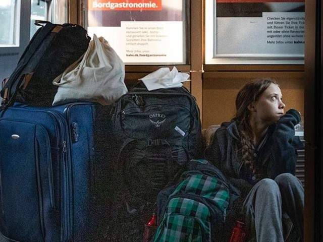 """Greta Thunberg seduta a terra in treno/ Deutsche Bahn: """"Avevi posto in prima classe"""""""