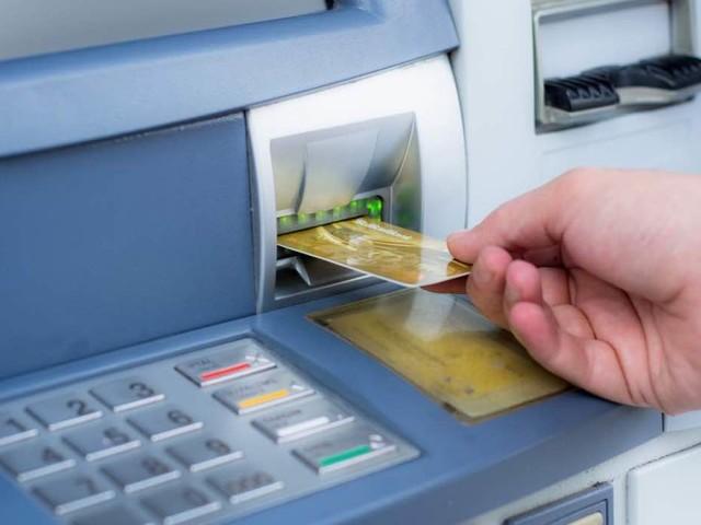 Tassa del 2% sui prelevamenti di contante dal Bancomat. Ecco cosa sta succedendo