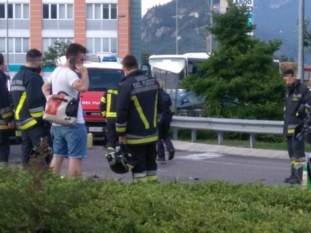 Arco: scontro alla rotatoria di viale Santa Caterina, 34 enne centauro in ospedale
