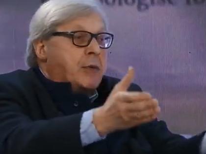 """Vittorio Sgarbi a Libero: """"Coronavirus, denunciamo Conte. Ha distrutto l'economia e ci ha ridicolizzato"""""""
