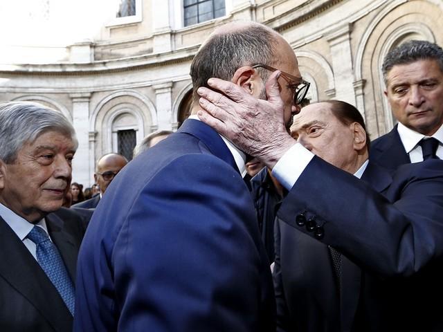 Il miracolo di Bonaiuti: abbraccio Berlusconi-Alfano