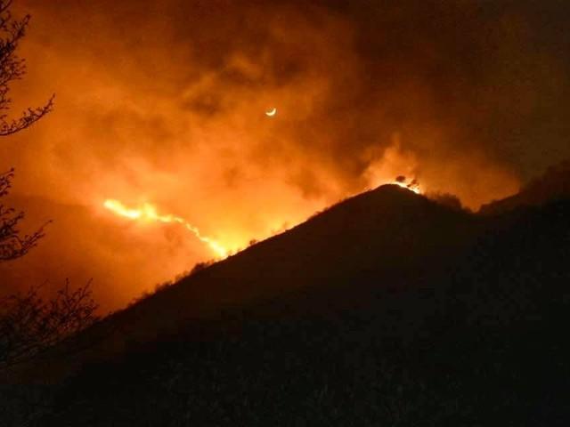 Brescia, incendi sui monti in Valsabbia e Valtrompia: il fronte del fuoco si allarga