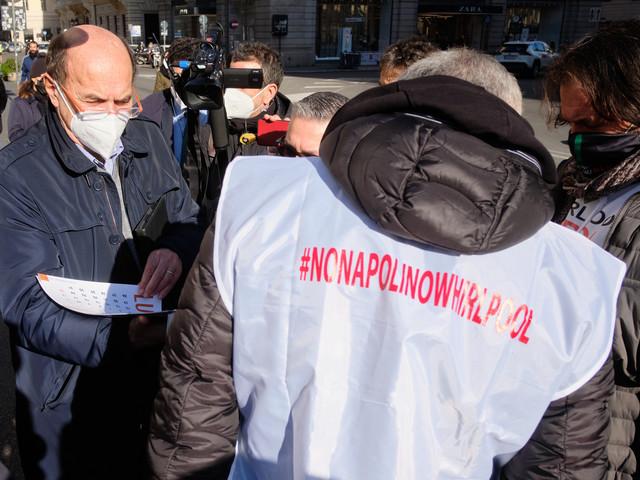 Whirlpool, i lavoratori bloccano l'aeroporto di Napoli, l'azienda comunica i licenziamenti ai sindacati
