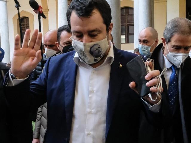 """Open Arms, due lettere di Conte nell'atto d'accusa contro Salvini: """"Fai sbarcare i minori"""". Al via l'udienza"""