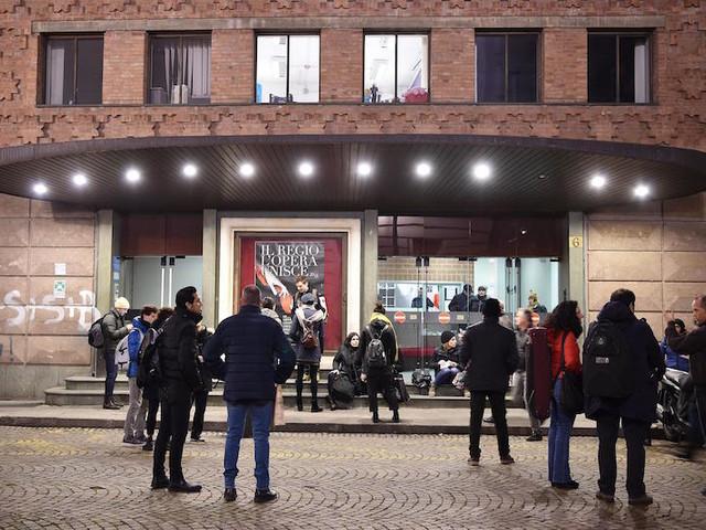 Due coristi del Teatro Regio di Torino sono stati feriti da un elemento di scena crollato durante una replica della Turandot
