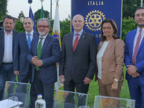 Al Rotary Cvs ospite Roberto Maroni, parlando di Rito Ambrosiano e rilanciando... Gianni Fava